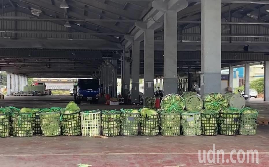 北農群聚感染事件發生,桃園果菜、桃園綜合農產品批發市場空蕩,承銷及工作人員前往快...