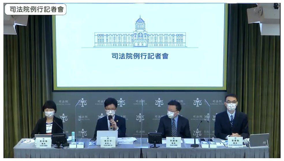 司法院今天上午首度舉行「例行記者會」,由發言人張永宏(左二)主持,民事廳長李國增...