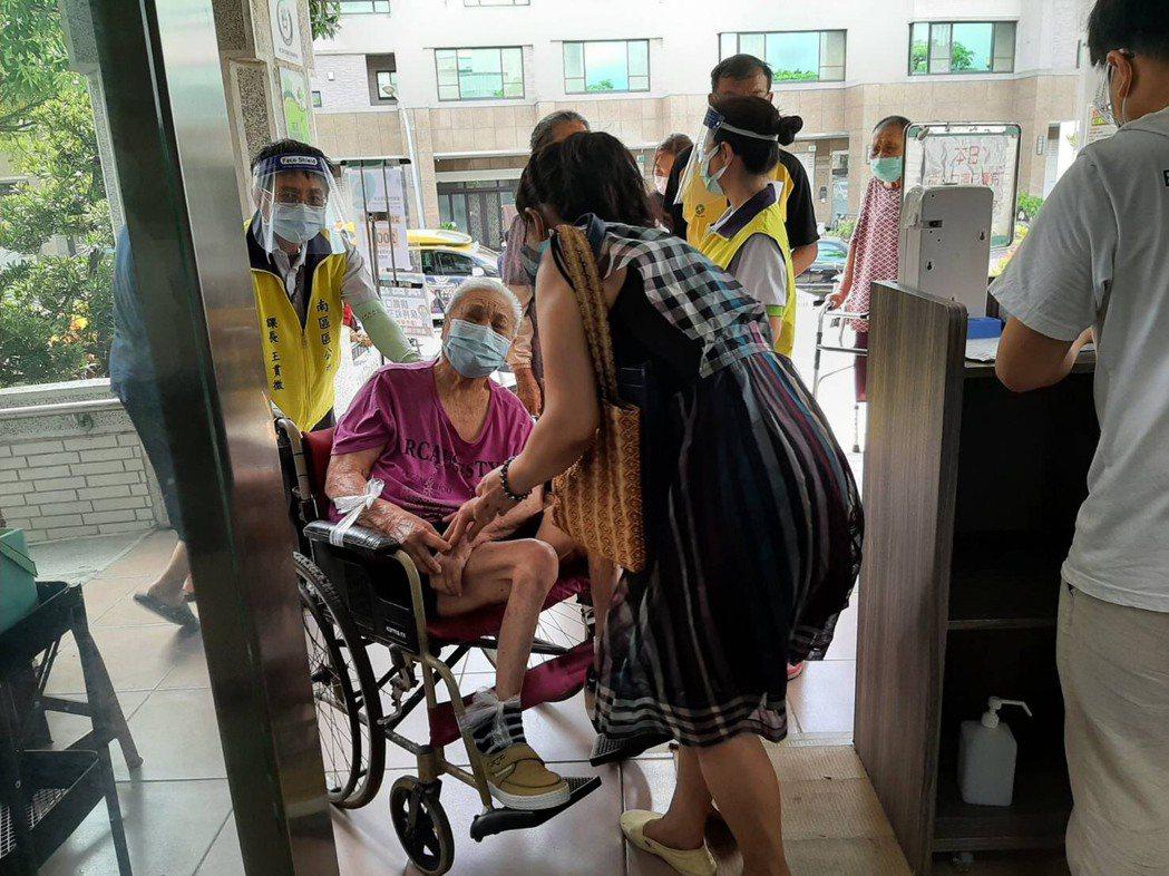 台南市目前開放75歲以上長者可以注射疫苗。圖/市政府提供