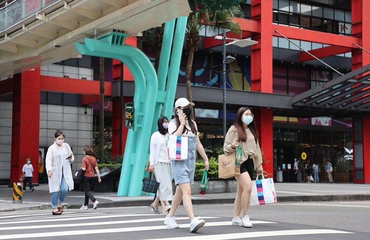 疫情下消費習慣驟變,百貨業紛紛布局線上,並在線上零售服務功能逐步解鎖。記者余承翰...