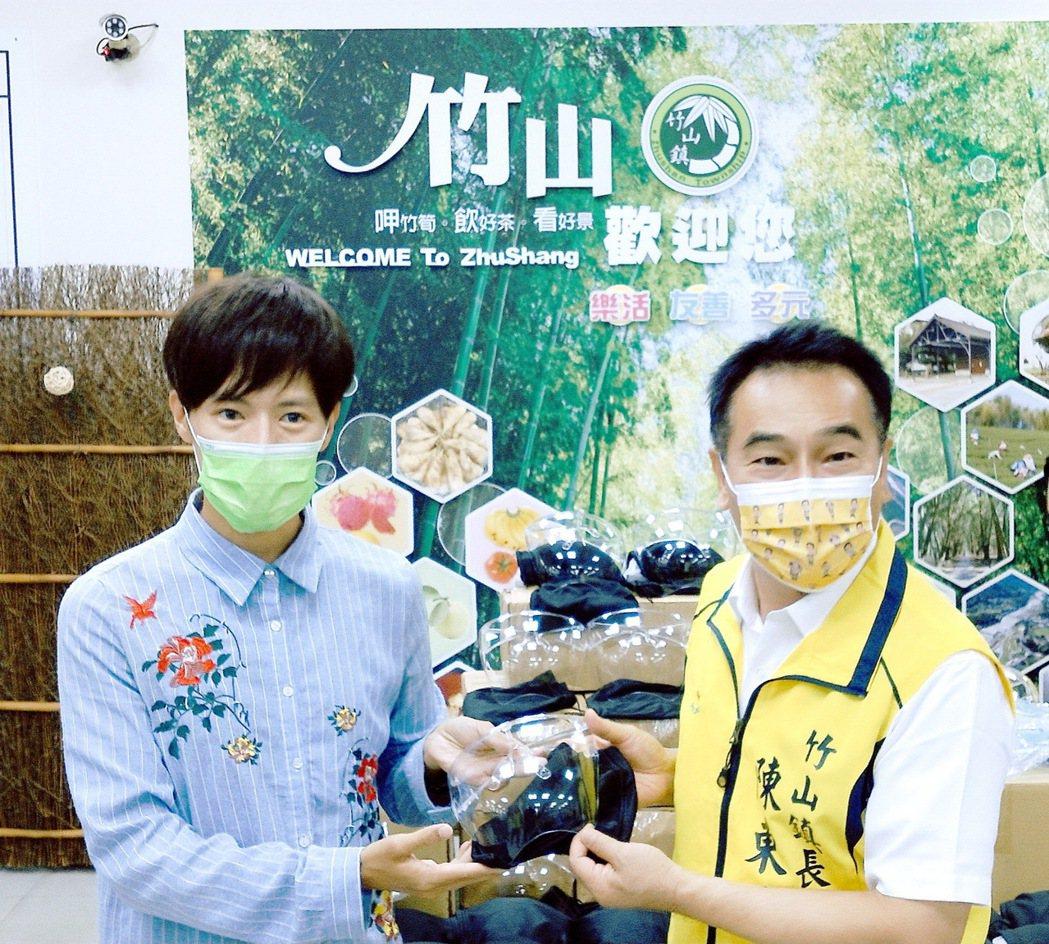 林語菲(左)至家鄉南投縣竹山鎮公所捐贈100個防疫面罩。圖/菲常動人音樂提供