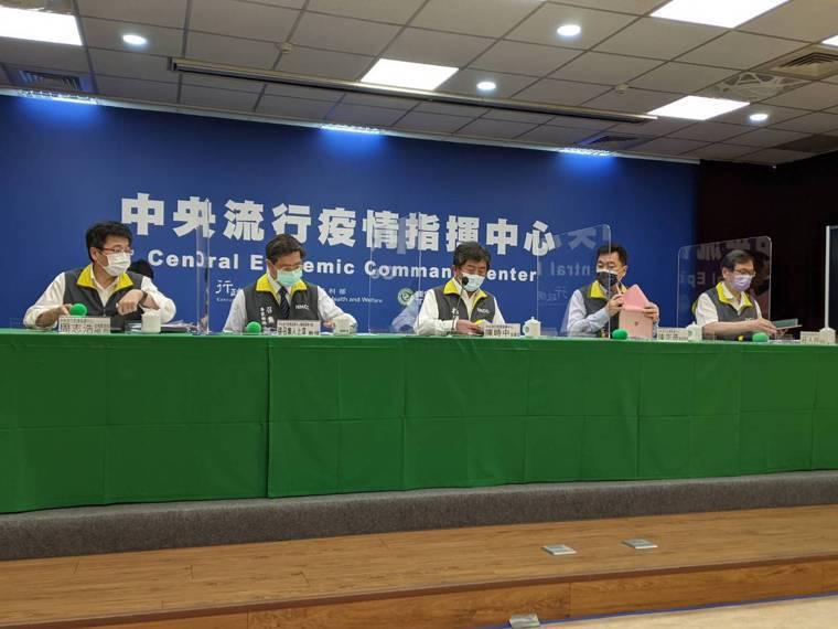 中央流行疫情指揮中心6月22日14時記者會出席名單第一排由左到右為中央流行疫情指...