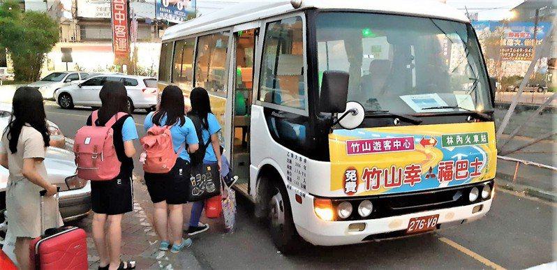 交通部著手研議汽車運輸業管理規則,鬆綁幸福巴士等經營偏遠地區的「市區客運業」,可隨車運送當地所需物品。圖/聯合報系資料照片
