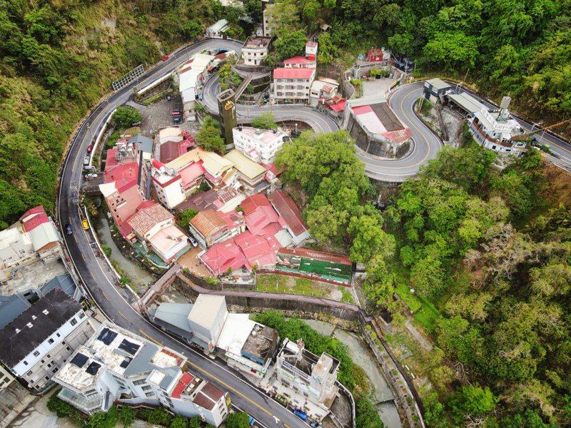 配合疫情宅在家,台南市觀旅局特地出動空拍機製作「散步線上小旅行」影片,首推關子嶺溫泉鄉散步及親子路線。圖/台南市觀光旅遊局提供