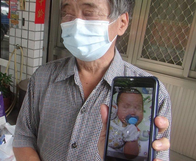 平常都在照顧女嬰的外公,出示照片傷心不捨說,小孫女健康活潑,怎會喝完母奶後就出這...