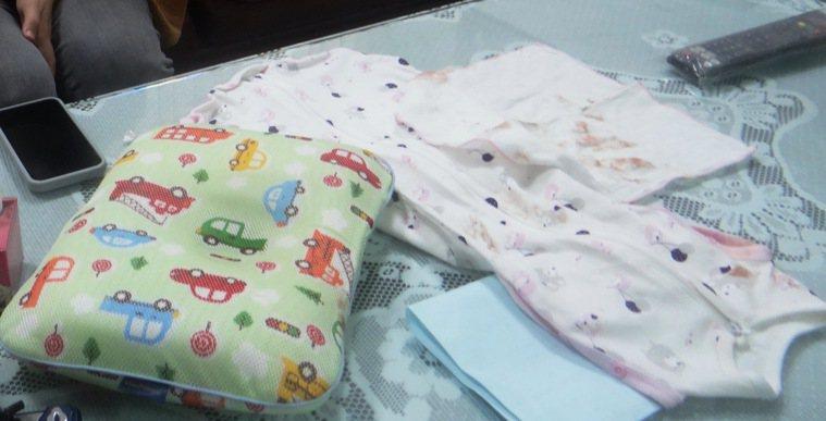 女嬰生前穿的衣物和睡覺的枕頭都可能成為檢警採證調查的物件。記者蔡維斌/攝影