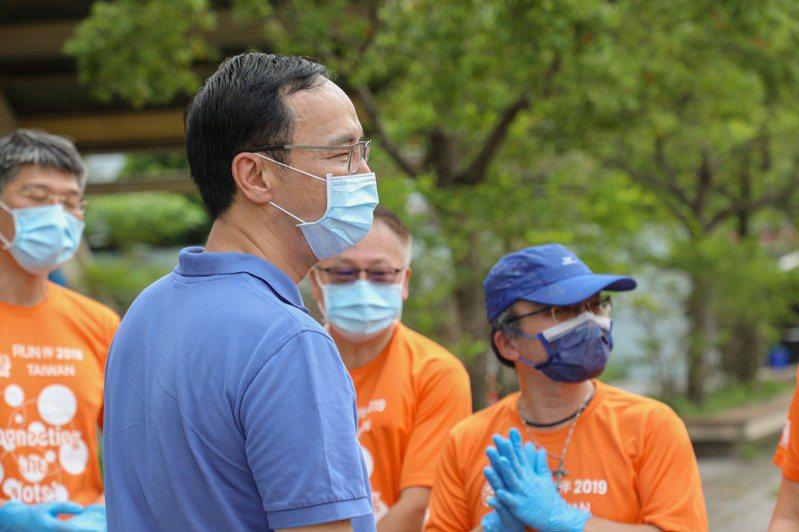 本土新冠肺炎疫情嚴峻,第一線防疫物資缺乏。國民黨前主席朱立倫今再捐20萬份醫療級手套、醫療級防護口罩,贈予防疫車隊、長照機構、關愛之家等單位,希望照顧更多基層勞工及弱勢團體,為第一線防疫工作人員加油打氣。圖/朱立倫辦公室提供