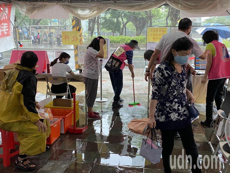 突如其來的暴雨,讓台北市南港的報稅帳篷積水,稅務人員趕忙清理場地,讓民眾安心報稅。記者曾吉松/攝影