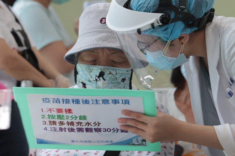 衛福部專家會議昨拍板否決混打,但不同的防疫專家都指出,新冠肺炎疫苗混打在台灣是不得已也是必然趨勢,中央應盡快制訂相關策略。圖/聯合報系資料照片