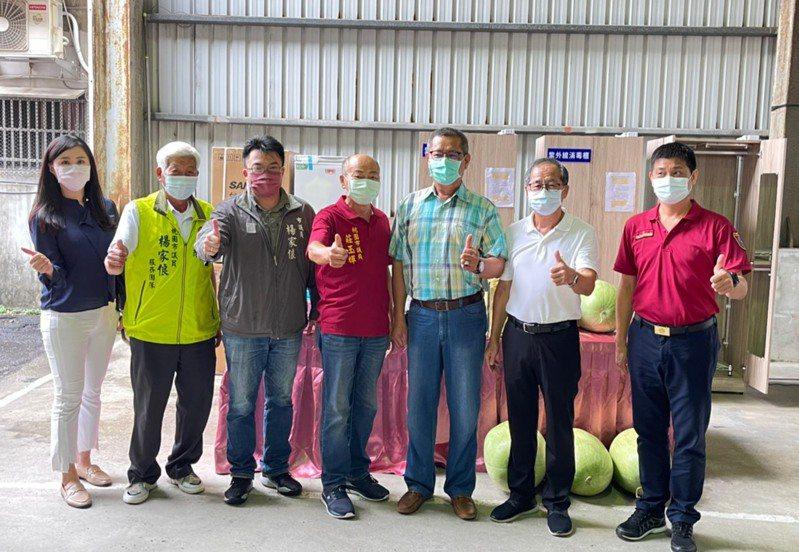 民間捐贈冷卻背心和50顆西瓜為消防員消暑。圖/桃園市消防局提供