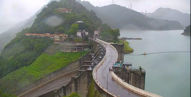 石門水庫壩頂下午明顯降雨,車道濕漉漉。圖/桃園市觀旅局即時影像