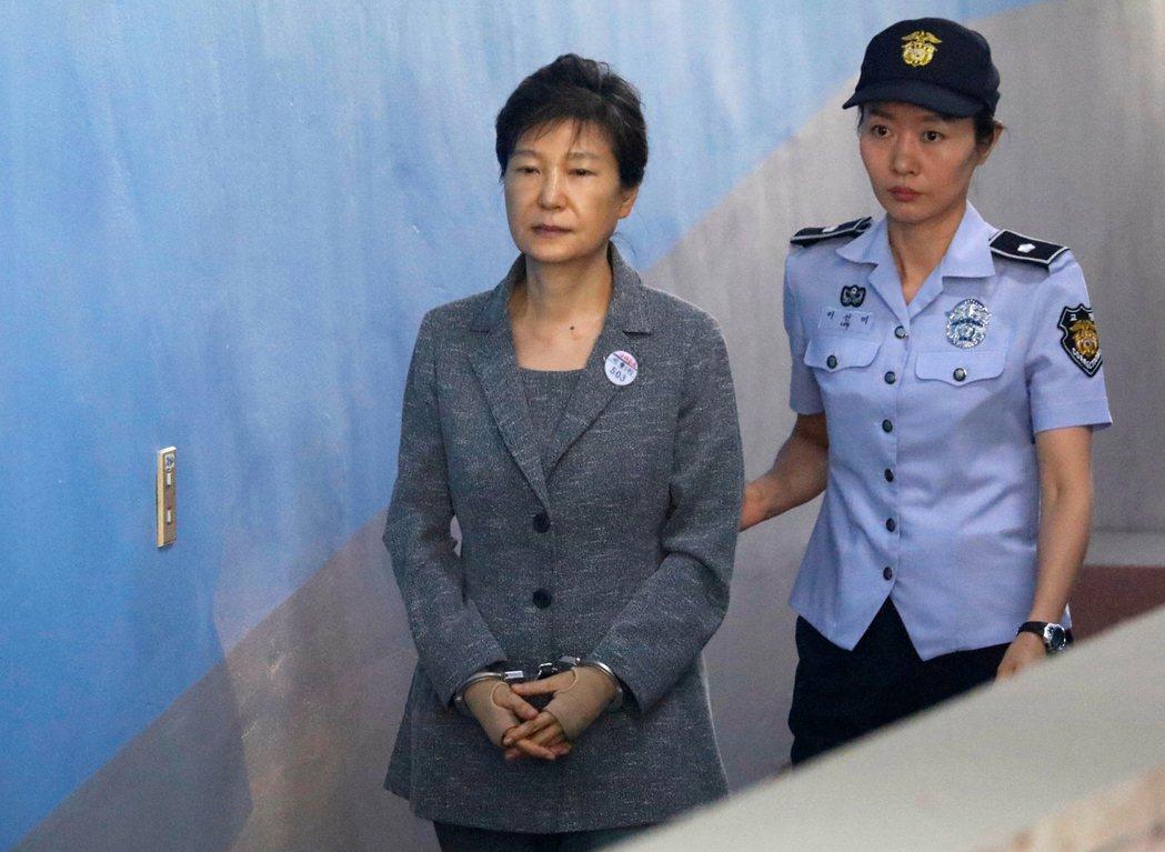 朴槿惠(左)2017年8月在首爾出庭。(美聯社)