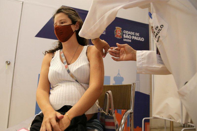 亞東醫院產科主任彭福祥表示,目前國外數據均顯示孕婦打莫德納或輝瑞BNT等mRNA疫苗,副作用較小。圖為巴西一名孕婦接種輝瑞BNT疫苗。路透