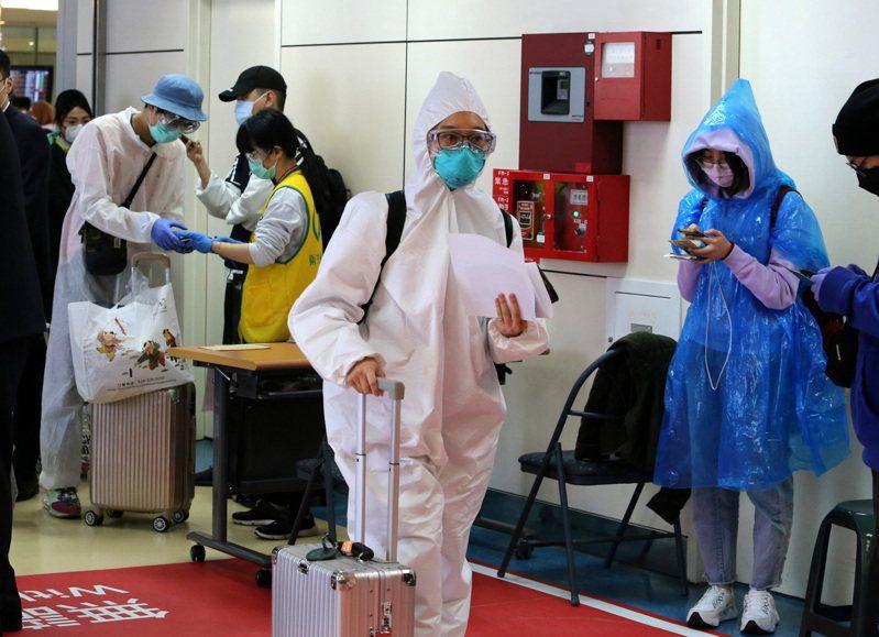 桃園機場去年3月有不少留學生返台,其中更有許多人穿著全套防護衣入境,如今要重返校園,困難重重。圖/聯合報系資料照片