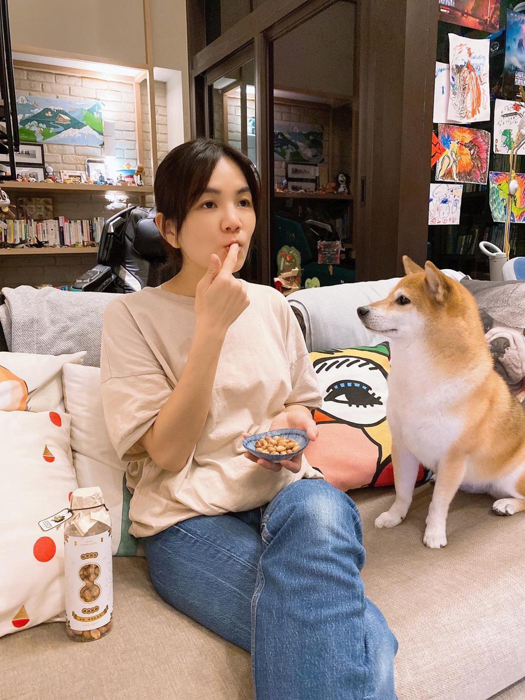 Ella(左)半夜堅持不敢多吃,只能跟愛犬布丁嗑花生解饞。圖/十得私廚提供