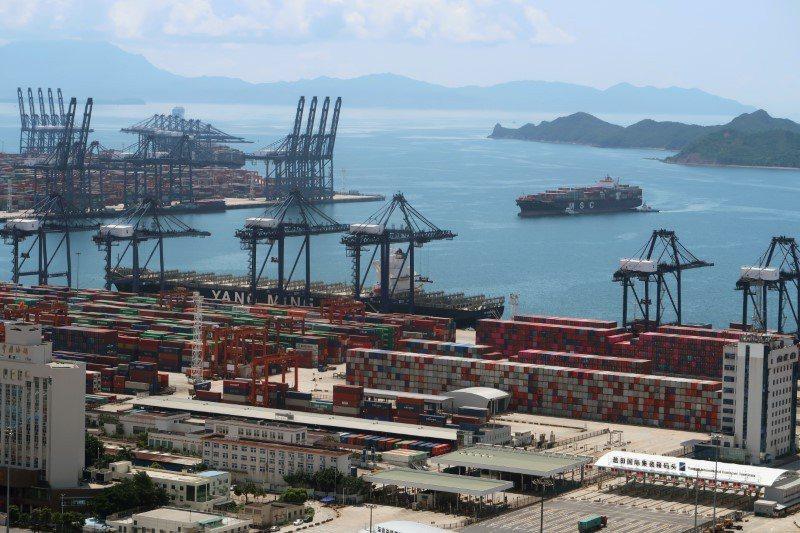在中國大陸貨物運往西方國家的主要門戶深圳鹽田港外,停泊了大約 50 艘貨櫃輪以及...
