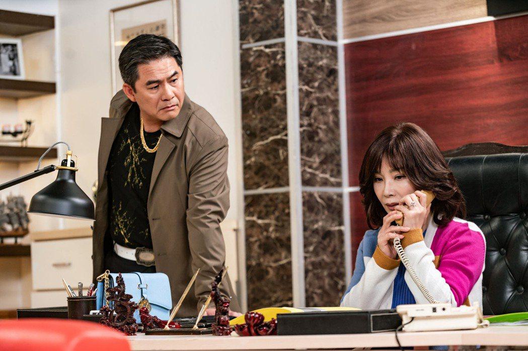 陳美鳳(右)、洪都拉斯在「黃金歲月」中分飾西餐廳老闆娘、秀場主持人。圖/民視提供