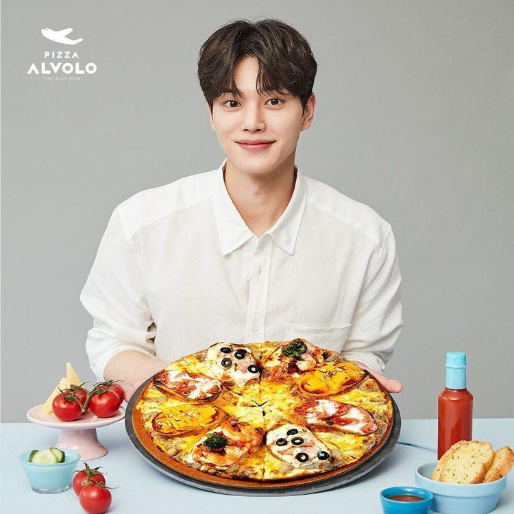 在韓劇「德魯納酒店」中出現多次的披薩,也找宋江代言。圖/取自IG