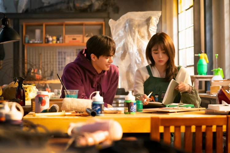 宋江與「最美小三」韓韶禧演出漫改劇「無法抗拒的他」。圖/NETFLIX提供