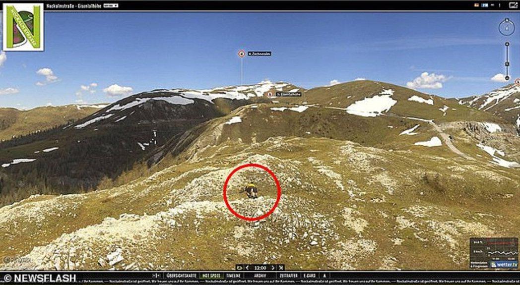 奧地利發生一對男女在海拔近2千公尺的山上「露天野合」,結果被附近一台攝影機拍個正...