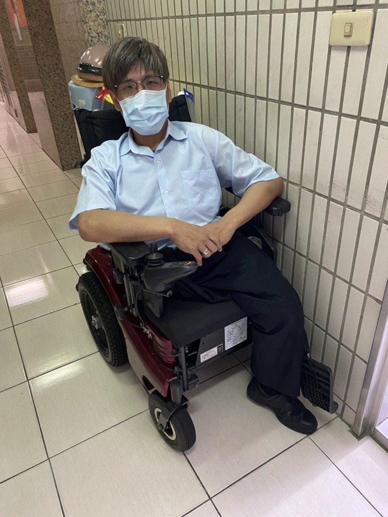 亞洲第一個分割手術成功的連體嬰張忠義表示,月薪僅有2萬多元的他,今年要申請紓困貸款時,卻因受贈輔具的費用被列入所得,不符合年收50萬元以下的申請資格而被拒絕在外,「真的不太公平」。圖/賴香伶辦公室提供