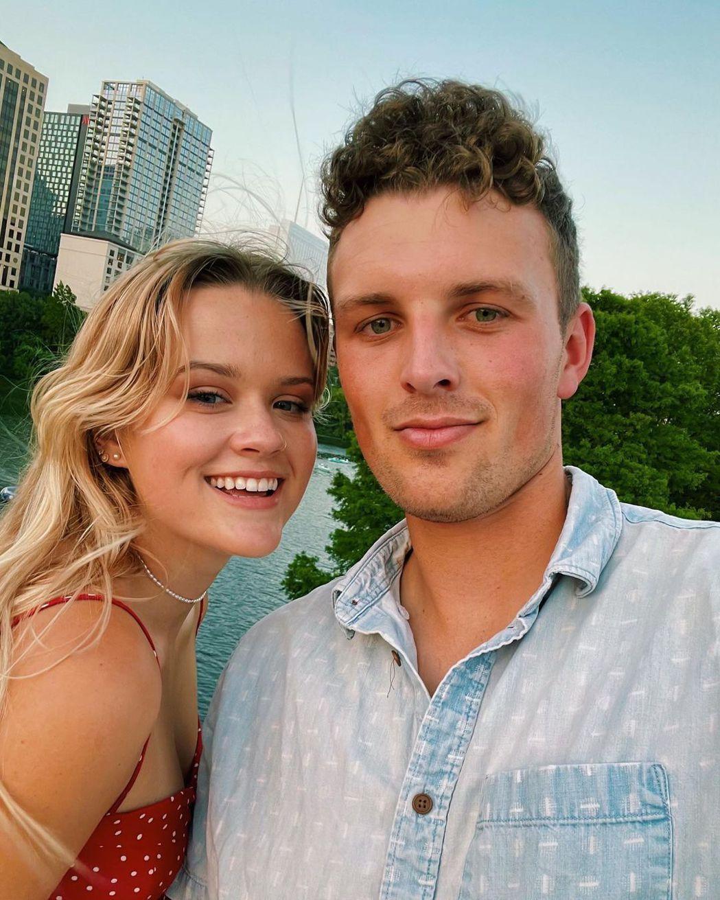 艾娃菲利普與男友歐文合照,被形容有如父母年輕樣貌重現。圖/摘自IG