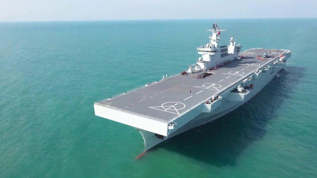 解放軍首艘兩棲攻擊艦—海南艦與大陸現役航空母艦山東艦、遼寧艦的高度相當。(取自央...