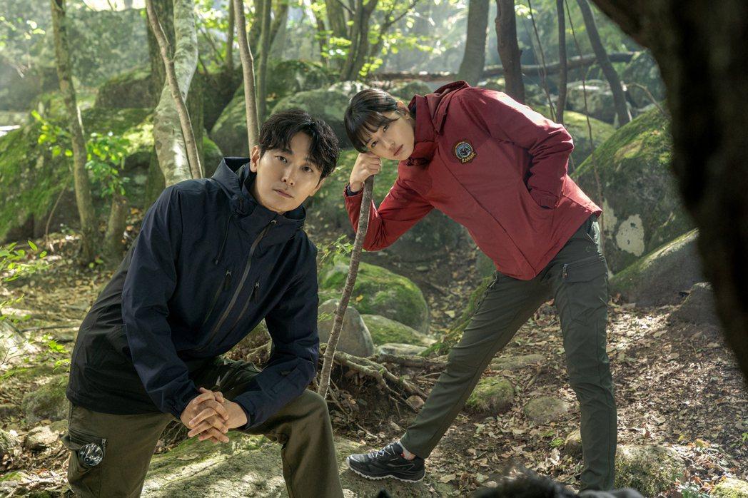 全智賢(右)、朱智勛在「智異山」展開山林冒險,身為守林員,將探索這座山的秘密。圖