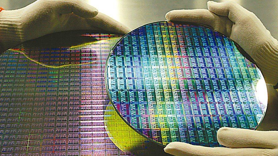 圖為半導體矽晶圓。(本報系資料庫)
