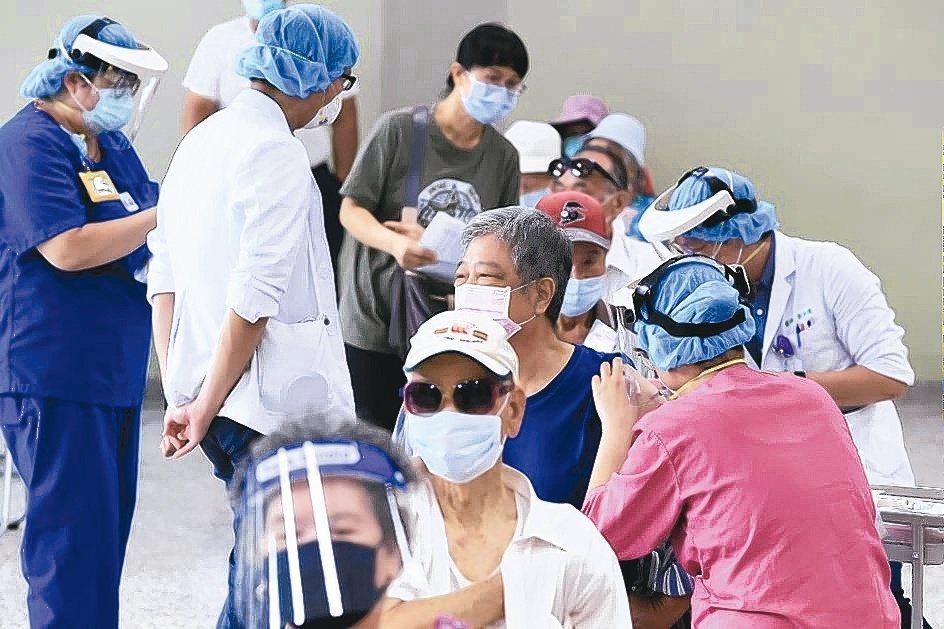 全台各縣市大規模為80歲以上長者接種新冠疫苗。(本報系資料庫)