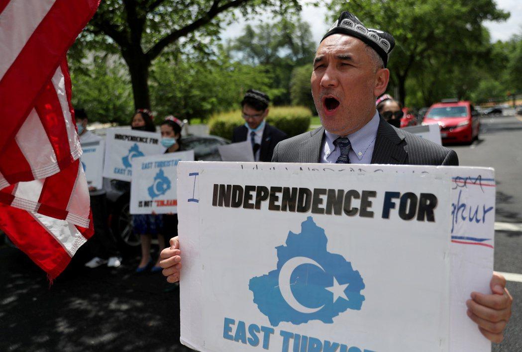 民眾5月5日在美國國務院外示威,要求國際社會對北京當局侵犯新疆維族人權採取行動。...