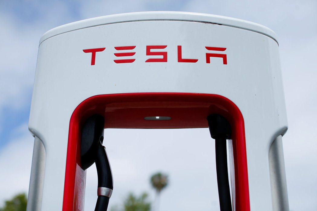 特斯拉自己造車自己賣,所有銷售都採直營,因此終端零售價更能及時反應「工廠價」,晶...