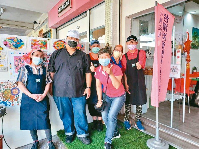 台灣凝愛關懷弱勢協會今年3月成立小食堂,協助中高齡婦女、身障者進行二度就業。圖/洪惠月提供