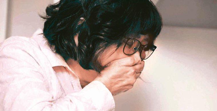 50多歲的謝小姐罹患泛視神經脊髓炎,頻頻嘔吐。圖/台灣神經免疫疾病協會提供