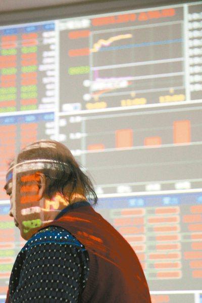 今年台股基金定時定額扣款人數新增2.6萬人。(本報系資料庫)