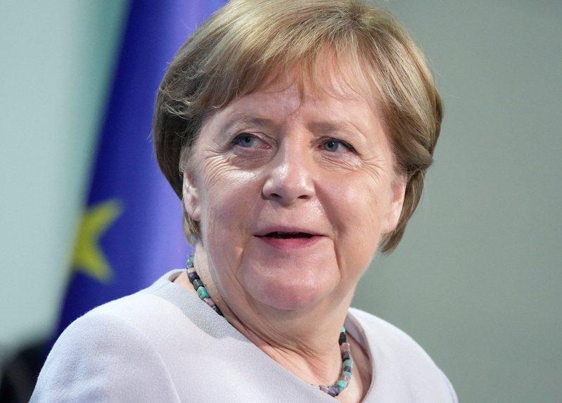 德國總理梅克爾22日接種第二劑莫德納疫苗。(路透)