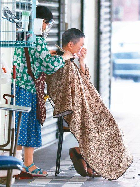 外界關注三級警戒是否能微解封,理髮店雖未被禁止營業,但考量防疫,警戒期間有店家在...