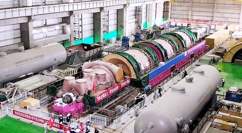 東方汽輪機參與製造的田灣核電5、6號機組,全面建成投產,圖為5號汽輪機組扣缸工作順利完成。圖/本報四川德陽傳真