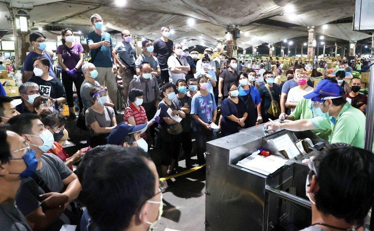 北農周一休市,昨天凌晨恢復交易,市場人聲鼎沸交易熱絡。記者曾吉松/攝影