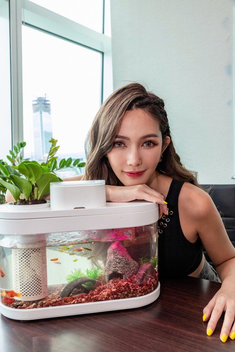 藝人拐拐搶先體驗DESGEO智慧生態魚缸,直呼想買一台放辦公室,美觀又能開運。圖...