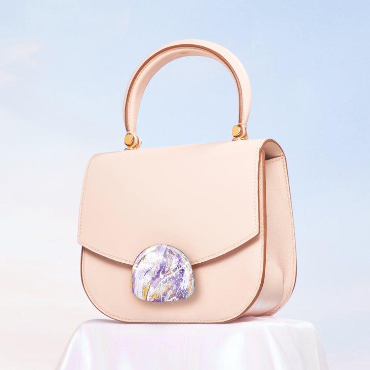 SAUVEREIGN Aphrodite玫瑰粉色小牛皮革包款搭配「傳世」金箔釦,...