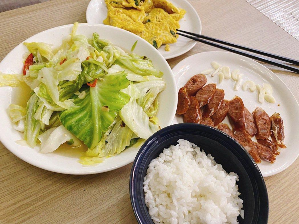 左邊那盤就是「驚為天人」的高麗菜。 圖/Lulu黃路梓茵提供