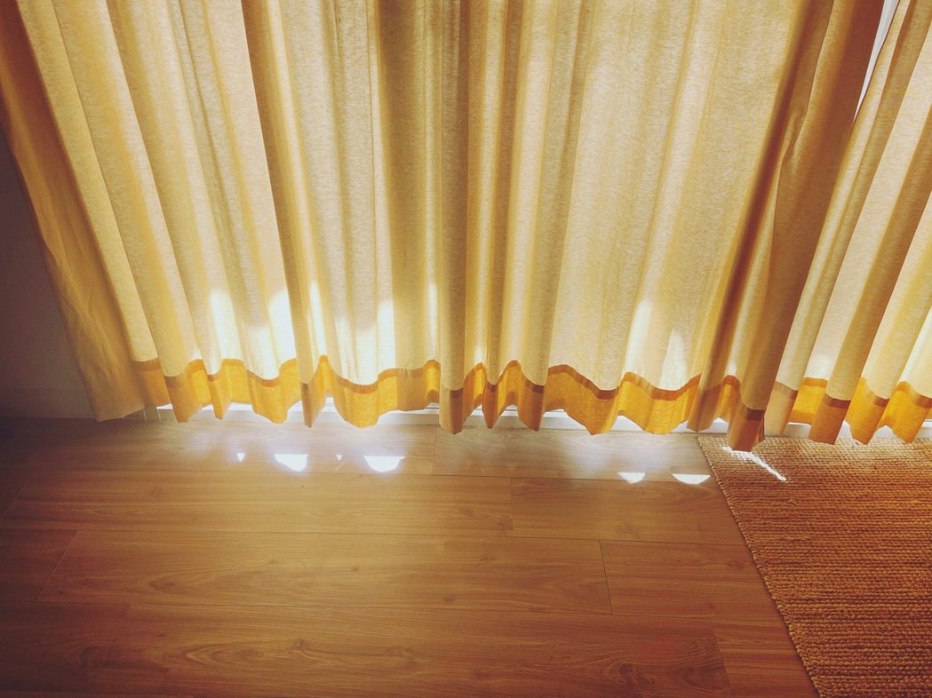 望著灑進屋子裡的光,可以大致上判斷是幾點。 圖/法蘭提供