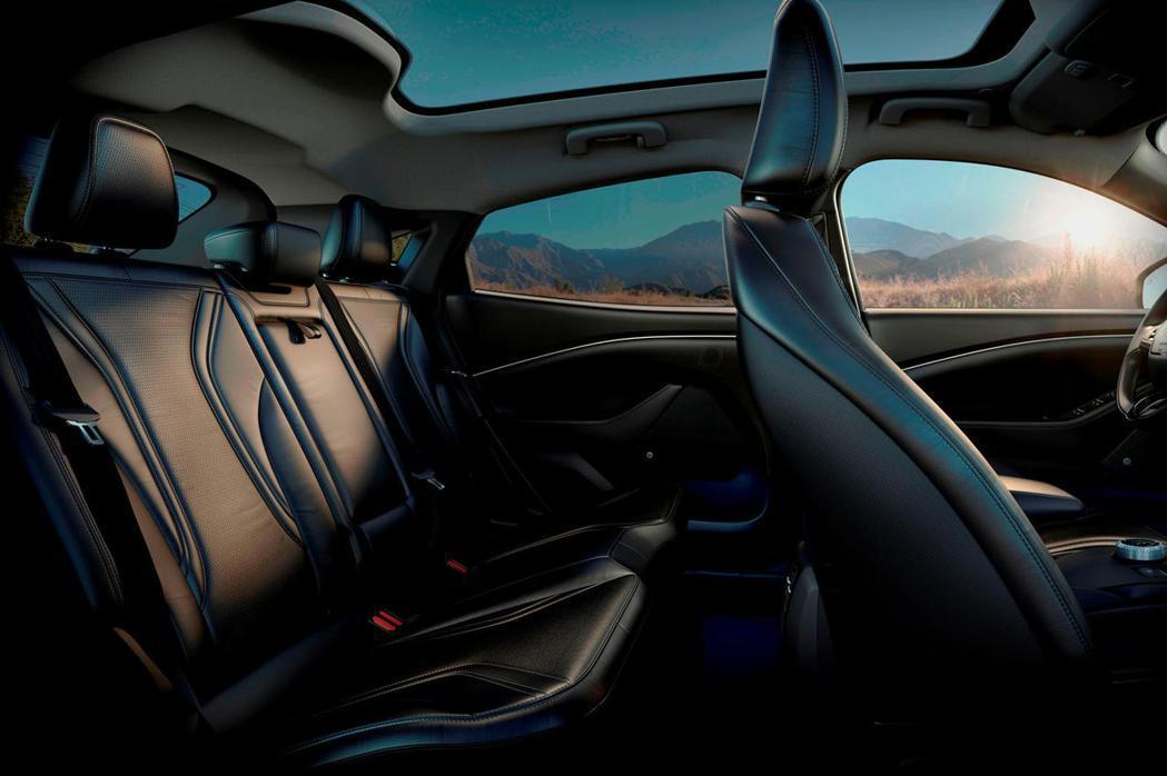 福特開發了一種後排乘員警報,可透過視覺警報和聲音警告,提醒駕駛員在下車前檢查後排...