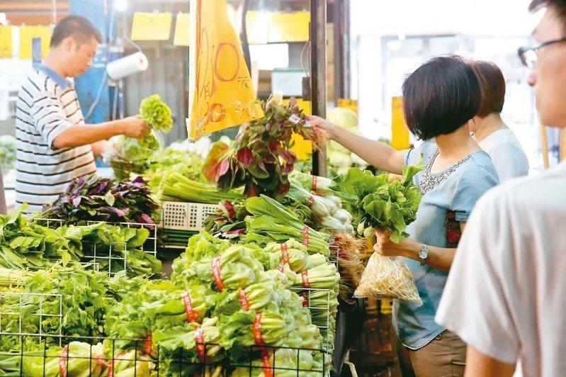不少主婦憂心北農分裝的蔬果會沾新冠病毒,專家表示機率低。  圖/本報資料照片