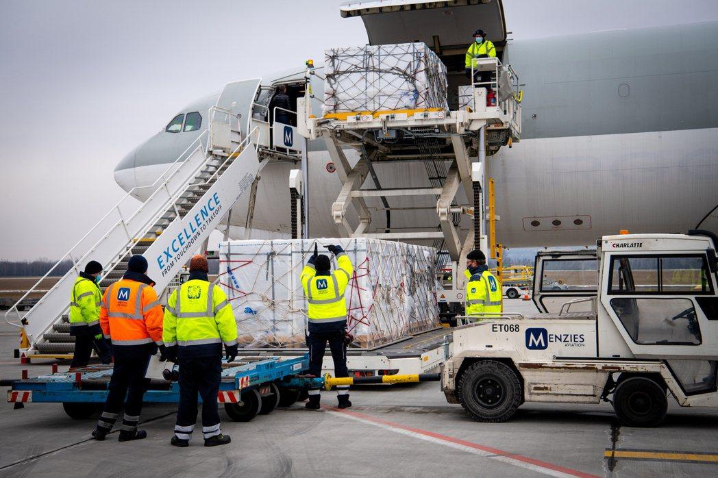今年2月,國藥疫苗運抵布達佩斯機場。 圖/路透社