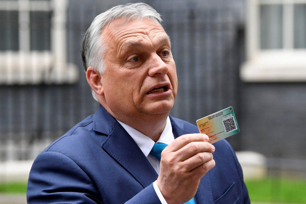 匈牙利總理5月與英國總理強生會面,並出示匈牙利的疫苗接種卡(vaccination card)。 圖/路透社