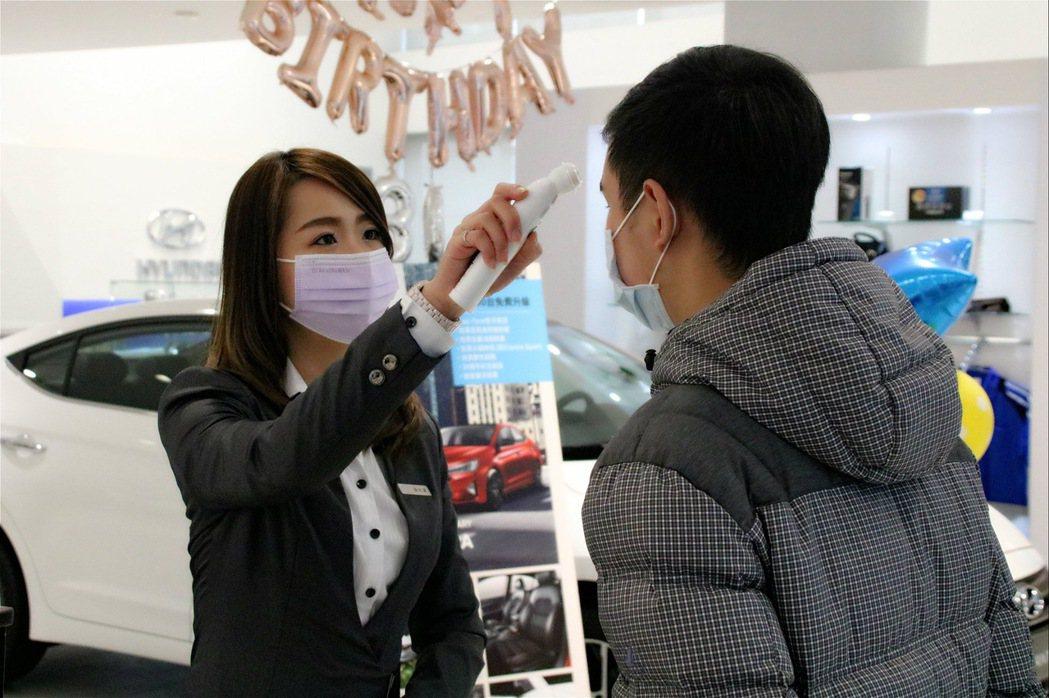 HYUNDAI汽車全國展示中心以及服務廠持續提升防疫工作,同仁每日體溫量測記錄,...
