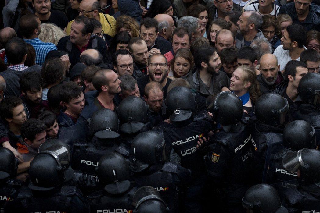 加泰政府,遂決定強行行使人民自決權,於西班牙中央親派的大批鎮暴警隊鎮壓阻止下,於...