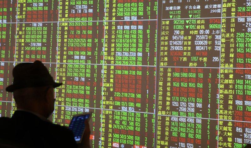 台股正熱,不少人把儲蓄投入股市,但並非所有人都能大賺一票。 聯合報系資料照/記者曾學仁攝影